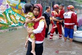 Aksi heroik relawan PMI evakuasi warga terjebak banjir di Jabodetabek