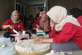 Untuk korban banjir, PMI Jaktim distribusikan ribuan paket makanan