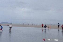 Ribuan wisatawan lokal padati Pantai Pukan Bangka