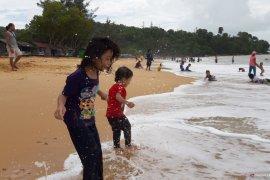 Pantai Kura - Kura Bengkayang ramai dikunjungi pelancong
