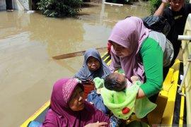 Bayi-bayi tangguh yang bertahan ditengah banjir