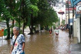 Sungai Ciliwung meluap rata dengan Jalan Pasar Baru