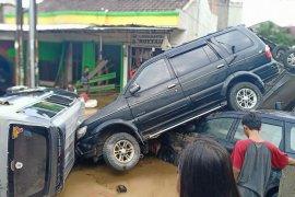 Banjir di Jatiasih surut, mobil bertumpukan di jalan masuk perumahan