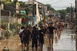 Saat air mulai surut, warga perumahan di Bekasi mulai berbenah