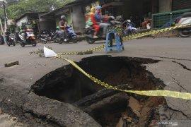 Jalan penghubung Tangerang ke Jakarta amblas