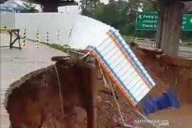 Akses jalan warga dekat proyek kereta cepat di Bekasi amblas