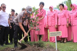 Polres Madiun peduli lingkungan dengan tanam pohon