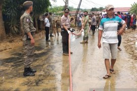 Polda Banten kerahkan ratusan personel bersihkan lumpur akibat banjir di Lebak