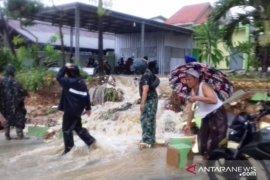 Gubernur Khofifah imbau bupati-wali kota se-Jatim pantau kewaspadaan bencana