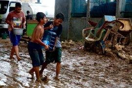 Banjir surut, warga Rawajati Jakarta Selatan harap bantuan air bersih selalu tersedia