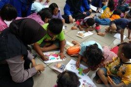 Polda Metro Jaya pulihkan trauma anak-anak korban banjir lewat menggambar