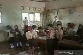 Di Cianjur, Seratusan siswa  belajar dibawah ancaman bangunan ambruk