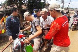 Dengan sigap personel Polda Banten bantu Kakek yang kesakitan