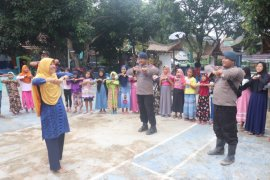 Satbrimobda Banten 'Trauma Healing' anak-anak korban banjir di Kabupaten Lebak