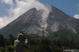 Sabtu malam, Gunung Merapi keluarkan awan panas dengan jarak luncur satu kilometer