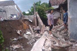 Dua warga Kediri terluka tertimpa tembok ambruk