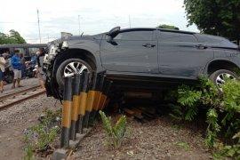 Mobil tertabrak kereta di Sidoarjo, pengemudi tewas dan enam penumpang terluka