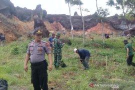 Polisi tanam ribuan pohon antisipasi bencana alam di Garut