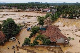 Jadi tontonan warga, puluhan kendaraan yang terseret banjir di Lebak belum dievakuasi