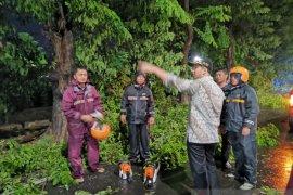 Hujan deras disertai angin kencang, Emil Dardak imbau masyarakat waspada