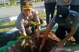 Polres Bangka Selatan tanam 300 pohon hijaukan lingkungan