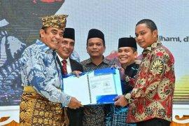 Berperan dalam kerukunan beragama, Bupati Tapteng terima penghargaan dari Menag