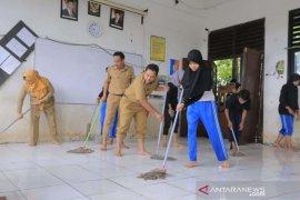 Wali Kota Tangerang bersama siswa di bersihkan sekolah terdampak banjir