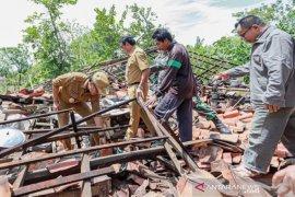 Angin kencang sudah merusak puluhan rumah warga Pamekasan-Madura