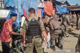 Ratusan pedagang pasar Inpres Geudong hadang petugas