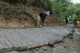Warga Cianjur swadaya bangun jalan semi beton sepanjang 2 kilometer