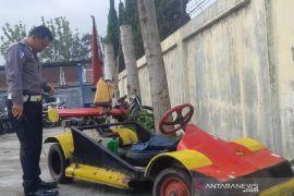 Polisi sita motor Vespa yang dimodifikasi menjadi mobil F1 di Garut