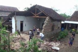 Hujan angin di Magetan, sebuah rumah roboh melukai pemiliknya
