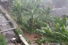 Saluran irigasi jebol, tujuh rumah di Sukabumi rusak