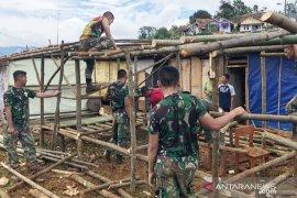 TNI dirikan tenda bambu untuk pengungsi korban longsor di Sukajaya Bogor