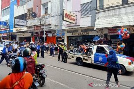 Petugas sita sepeda motor yang parkir sembarangan di pusat kota Garut