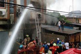 Lima orang tewas terjebak dalam kebakaran ruko di Makassar