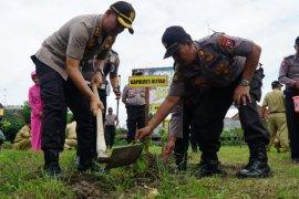 Di Blitar, polisi tanam 2.000 bibit pohon guna cegah erosi