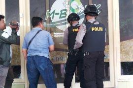 Petugas KPK menyita dua koper berkas dari Dinas PUBMSDA Sidoarjo