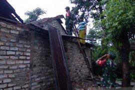 Angin kencang merusak belasan rumah di Pamekasan