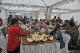 Pengunjung serbu makan durian sepuasnya Page 1 Small
