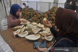 Pengunjung serbu makan durian sepuasnya Page 2 Small