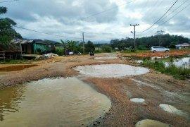 Bupati Tapteng usulkan perbaikan tiga ruas jalan provinsi di Tapteng kepada Gubsu