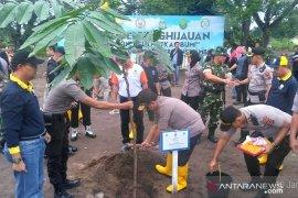 Polda Jambi dan pemerintah daerah tanam belasan ribu pohon