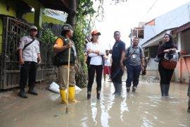 Istri Mensos semangati korban banjir di Bogor