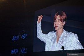 Leeteuk Super Junior pamer dada bidang pada Konser Super Show 8