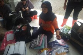 Bupati Iti salurkan pakaian dalam dan anak korban bencana banjir
