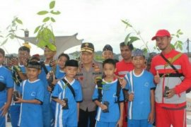 Kapolda Sulbar ajak pelajar tanam pohon di Mamuju