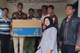 16 televisi dipasang di Balai RW perkampungan nelayan di Surabaya