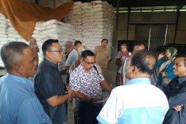 Ada kelangkaan, Komisi II DPRD Situbondo sidak gudang pupuk (Video)