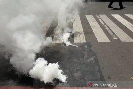 Kepulan asap putih muncul dari bawah jalan simpang Pasteur-Cipaganti Bandung